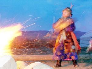 Toevaanse sjamaan tijdens een vuurceremonie in Tuva, Rusland