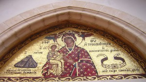Trooditissa-klooster bij de icoon van Maria, de Panagia met haar kindje op de arm. In het mozaïek boven de ingang is rechts de gordel te zien.