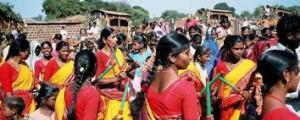 de gemeenschap begeleidt de optocht tijdens het biodiversiteitsfestival met muziek, zang en dans.