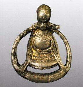 Een zilveren hanger van godin Freyja met haar halsketting Brísingamen, gevonden in Aska, Zweden.